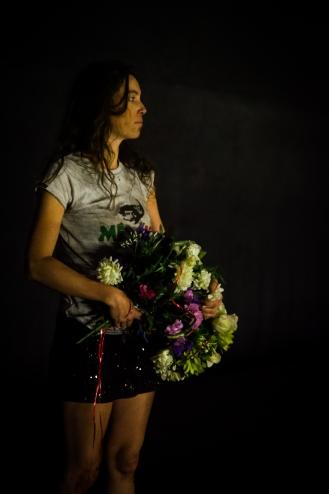 Juile Pichavant - Auteur, performeuse, metteur en scène - Photo Sers-moi dans une coupe cassée