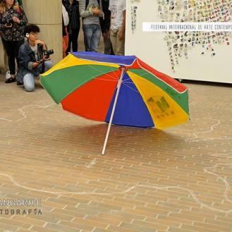 Julie Pichavant performance La vida es una tombola Festival Internacional de Arte Contemporáneo de Manizales-Universidad Bellas Artes de Caldas.