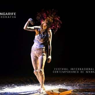 Julie Pichavant performance Los peces no hacen preguntas Festival Internacional de Arte Contemporáneo de Manizales-Universidad Bellas Artes de Caldas.
