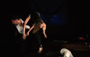Julie Pichavant - Auteur, performeuse, metteur en scène - Photo Sers-moi dans une coupe cassée